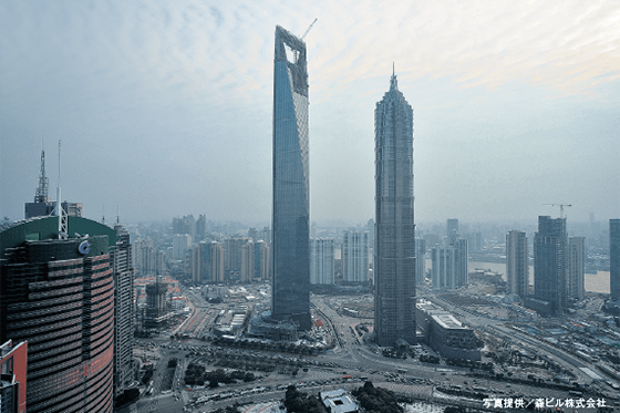 Photo: The building to the left in the center of the photograph is the Shanghai World Financial Center, where the TAD has been installed. This is a skyscraper complex where offices, hotels, observatory floors and commercial facilities are located.